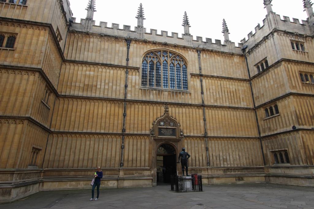 中世の城か、薔薇の名前の僧院か(オックスフォードのボードリアン図書館)